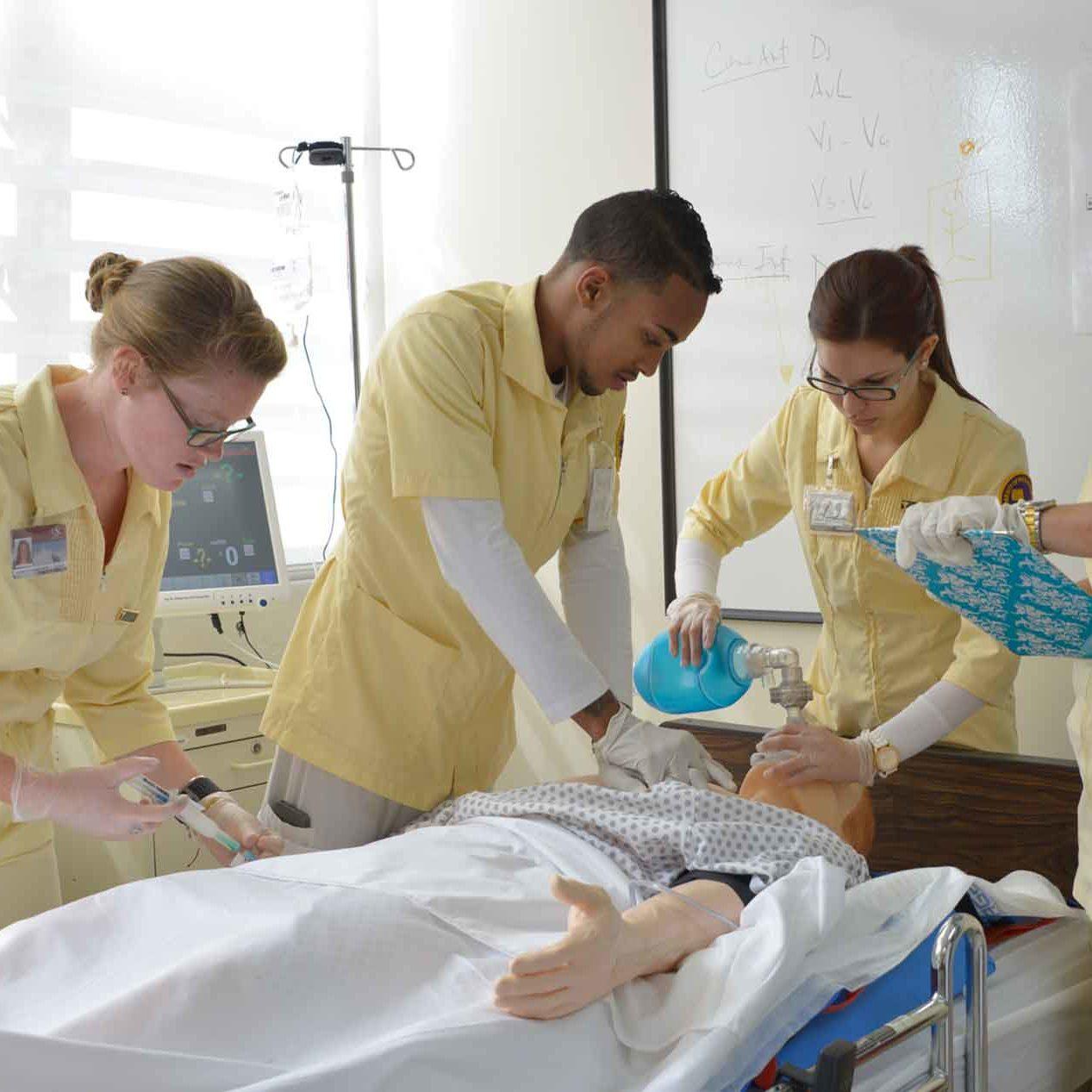 Estudiantes de Enfermería en el laboratorio