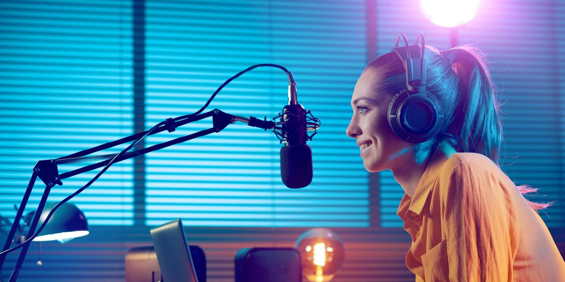 Radio Visual, una joven transmitiendo un podcast